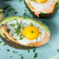 Avocado met gerookte zalm en ei