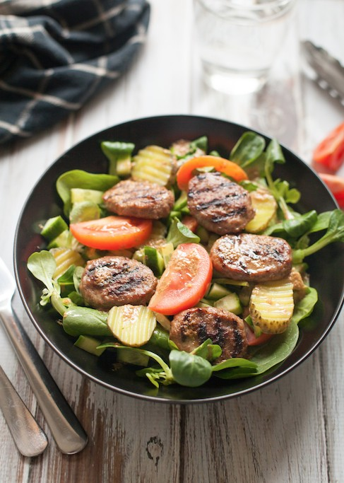 feestelijke salade met mini hamburgertjes. Black Bedroom Furniture Sets. Home Design Ideas