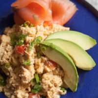 Scrambled eggs met gerookte zalm en avocado