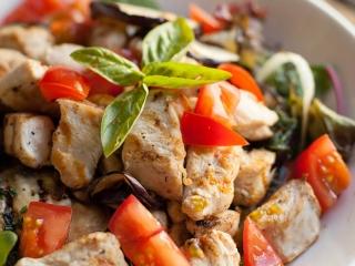 Italiaanse salade met aubergine en kip